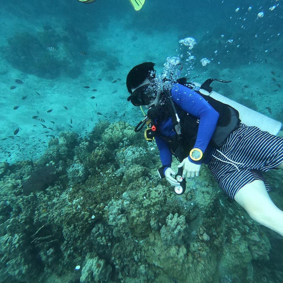ระบบนิเวศน์ทางทะเลกำลังเผชิญกับวิกฤติใหญ่ ธรรมชาติใต้ท้องทะเลอันสวยงามกำลังถูกคุกคามจากมือของมนุษย์ ไม่ว่าจะเป็นการทิ้งพลาสติกลงทะเล ปล่อยของเน่าเสียจนกลายเป็นมลพิษทางทะเล ความแปรปรวนเหล่านี้จะทำให้สัตว์น้ำไม่อาจมีชีวิตรอดได้ แต่เราสามารถช่วยเหลือสัตว์น้ำเหล่านี้ และช่วยพลิกฟื้นผืนทะเลให้กลับมาอุดมสมบูรณ์ได้ด้วยสองมือของเรา #SeaYouTomorrow #ทะเลวันพรุ่งนี้อยู่ในมือคุณ